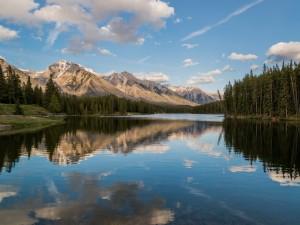 El río junto a las montañas