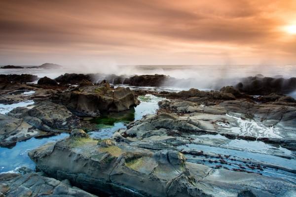 El mar al atardecer, visto desde las rocas