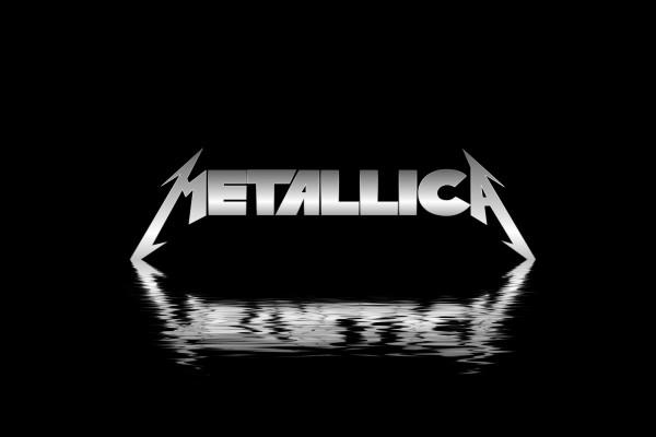 Metallica reflejo en fondo negro