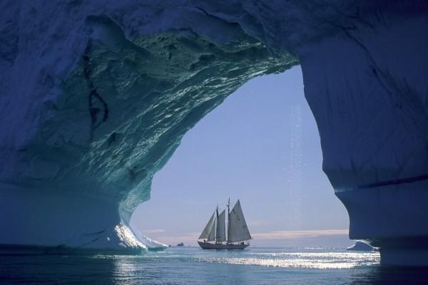Embarcación vista desde un iceberg