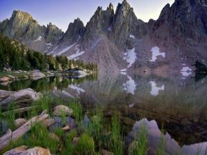 Lago entre rocas y nieve