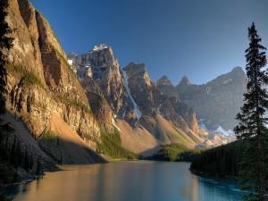 Montañas con nieve a orillas del río