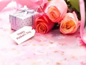 Cajita de regalo y rosas para el Día de la Madre