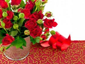 Jarrón con rosas rojas