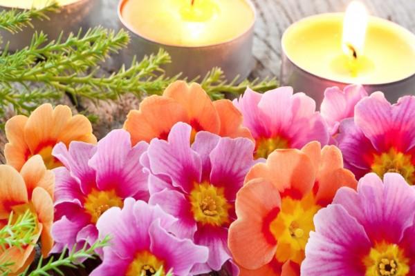 Velas encendidas y flores