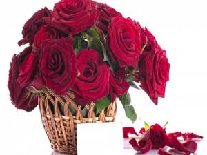 Cesta con grandes rosas rojas y una postal para las mamás