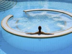 Postal: Mujer sentada en una piscina