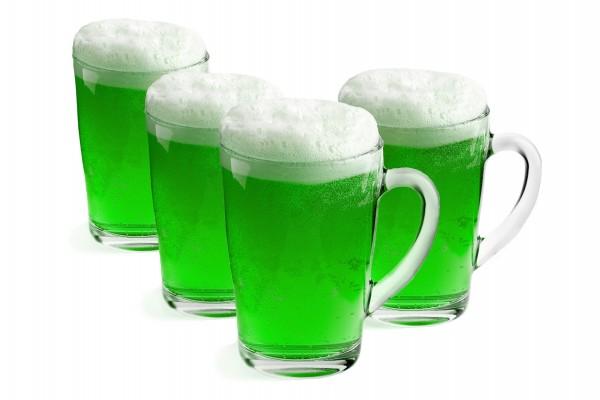 Vasos con cerveza verde