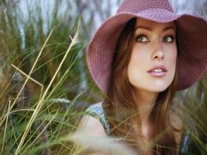 La actriz Olivia Wilde con capelina