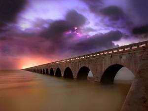 Postal: Un largo puente de piedra