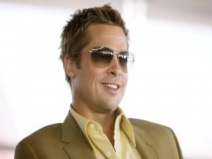 Postal: El actor Brad Pitt, con gafas y una hermosa sonrisa
