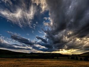 Postal: Nubes en el cielo sobre el campo
