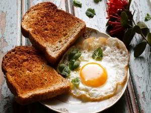 Huevos y tostadas en un plato