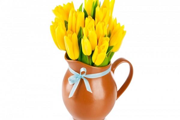 Jarrón con tulipanes amarillos