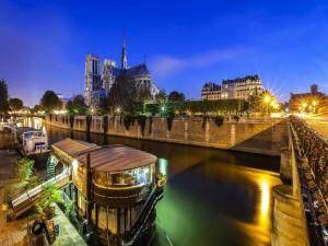 La Catedral de Notre Dame, vista desde el río Sena (París)