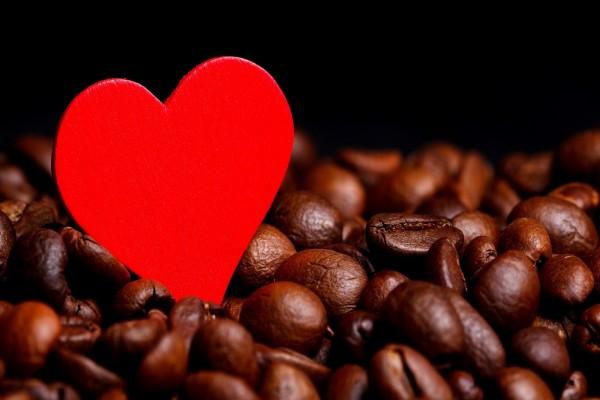 Un corazón rojo entre los granos de café