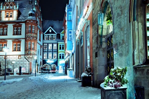 Nieve en una calle y edificios en Alemania