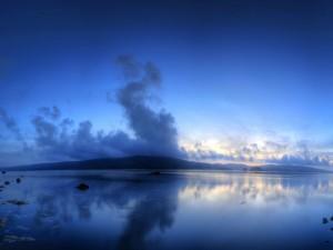 Día de color azul en el lago