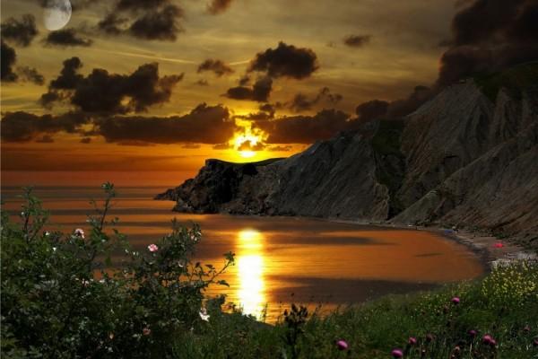 Hermoso amanecer en el acantilado