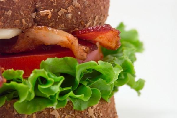 Sándwich de beicon, lechuga y tomate