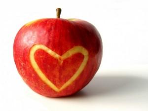 Postal: Come manzana para cuidar el corazón