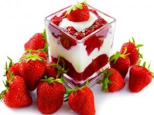 Postre con yogur y mermelada de fresas