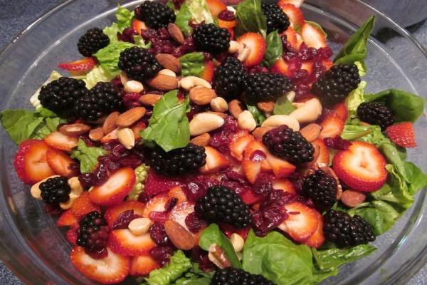 Ensalada con moras y frutos secos