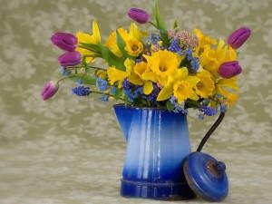 Jarra azul con bonitas flores de colores