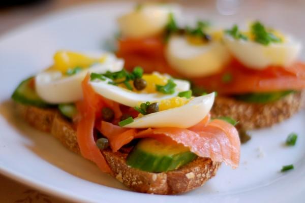 Tostadas con salmón y huevo duro