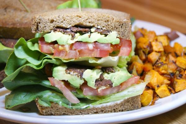 Sándwich con espinacas, aguacate y tomate