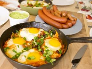 Sartén con huevos y salchichas