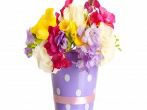 Flores de varios colores en un recipiente