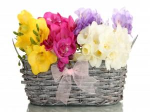 Cesta de mimbre con flores de varios colores