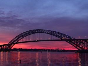 Crepúsculo en el puente Bayonne (Estados Unidos)