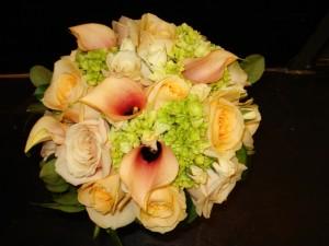 Postal: Bello ramo de rosas y calas
