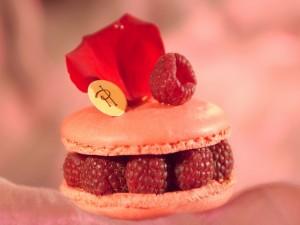 Macaron con frambuesas