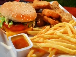 Hamburguesa con patatas y nuggets