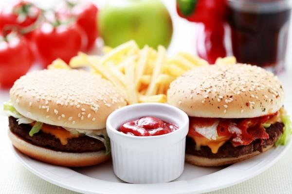 Dos hamburguesas en el plato