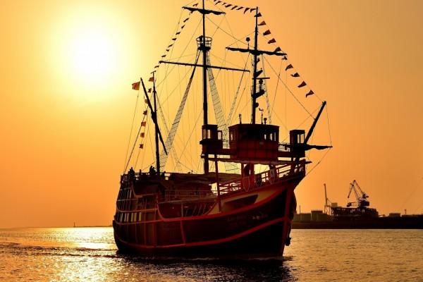 Últimos rayos de sol sobre la embarcación