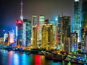Edificios iluminados en la noche de Shanghai