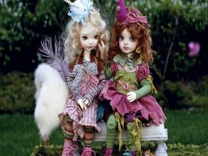 Postal: Dos bellas muñecas sentadas en un banco