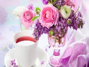 Postal: Flores junto a una taza de té