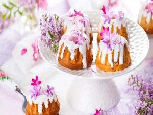 Bizcochos decorados con nata y flores