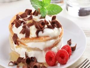 Panqueques con frambuesas, virutas de chocolate y menta