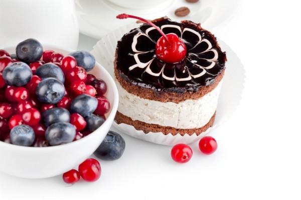 Pastel de chocolate y bayas