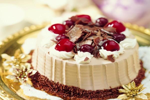 Tarta con crema y cerezas
