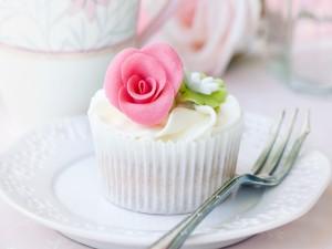 Cupcake con una flor rosa