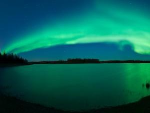 Postal: Aurora boreal sobre el lago