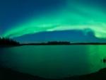 Aurora boreal sobre el lago