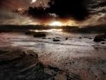 Playa cubierta de nubes al atardecer